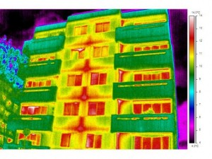 Colour thermograph of the Same Multi-Storey Paris Apartment Block (1975-81).  Parts of the building where most heat is being lost are shown in red.  An accompanying vertical surface temperature scale is also shown on the right of the image.  Click to enlarge.