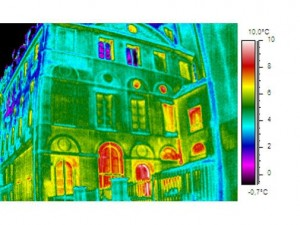 Colour thermograph of the Same Large Paris Residence (Before 1850).  Parts of the building where most heat is being lost are shown in red.  An accompanying vertical surface temperature scale is also shown on the right of the image.  Click to enlarge.
