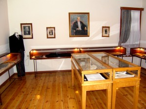 Colour photograph showing an interior view of the House and Museum ... room with Exhibits of his Personal Effects. Photograph taken by CJ Walsh. 2012-04-24. Click to enlarge.