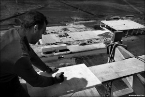 Black and white photograph showing construction work on top of one of the Secretariat Towers, in Brasilia's National Congress Building. Photograph taken by the Swiss photographer, René Burri. 1960. Click to enlarge.